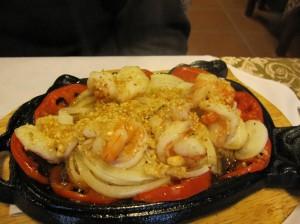Krevetės su sezamo užpilu karštoje lėkštėje